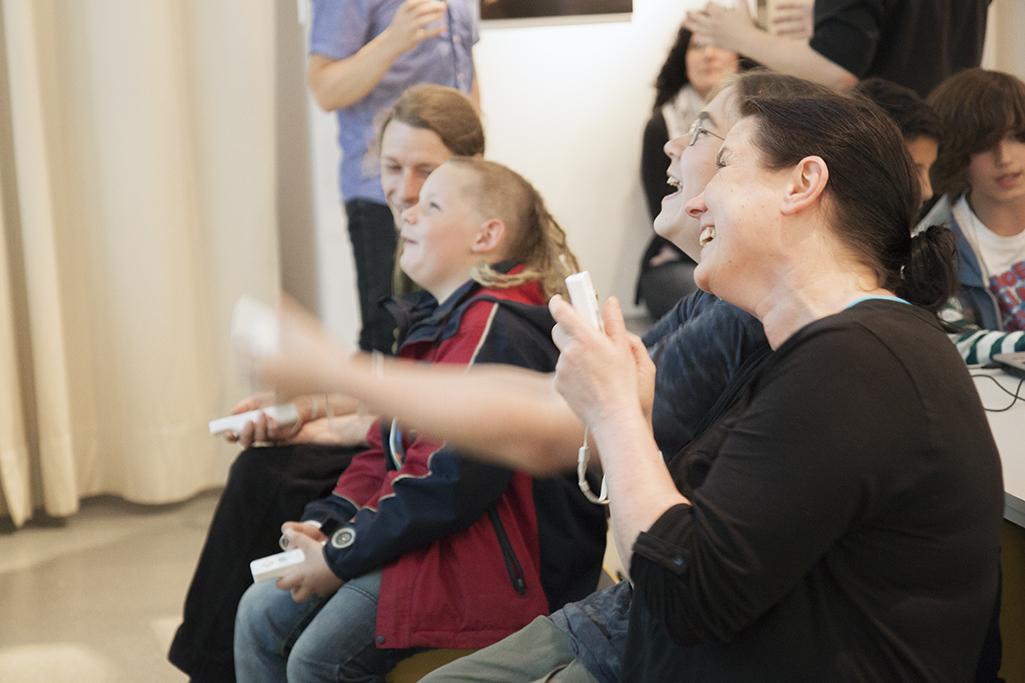 Eltern spielen mit ihren Kindern auf einer spielbar-Veranstaltung.