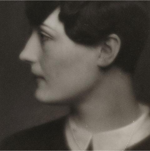 Foto: Damenbildnis, Portrait schwarzweiß von der Seite