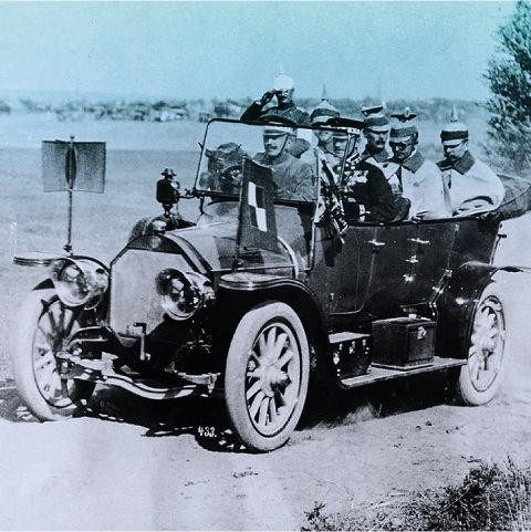 Foto: Prinz Leopold von Preußen fährt spazieren zusammen mit 5 Personen in offenem Auto. Alle tragen Pickelhauben.